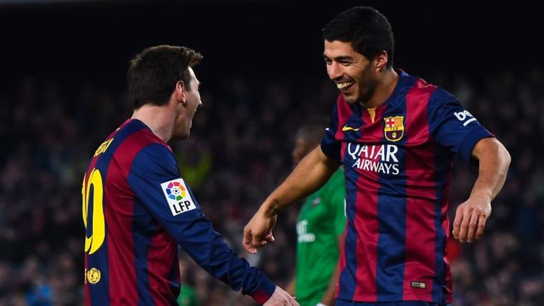 سواريز وميسي يحتفلان بعد تسجيل هدف لصالح فريقهما برشلونة