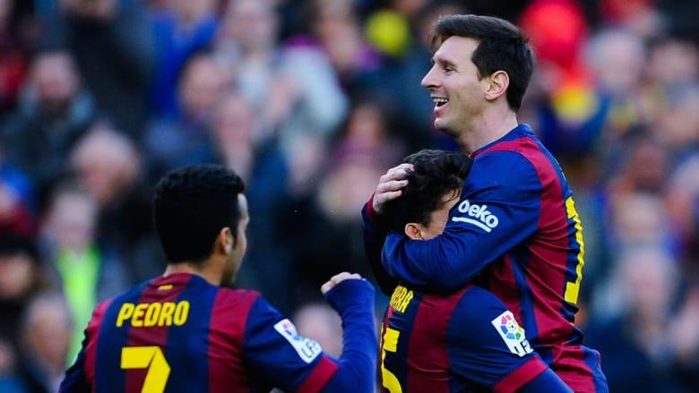ميسي يحتفل مع زملائه بعد تسجيله الهدف الثاني لفريقه