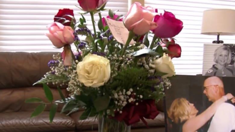 سيدة تتلقى ورود عيد الحب من زوجها الذي فارق الحياة!