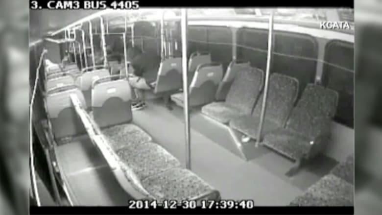بالفيديو.. رجل مجهول يطلق النار على حافلة