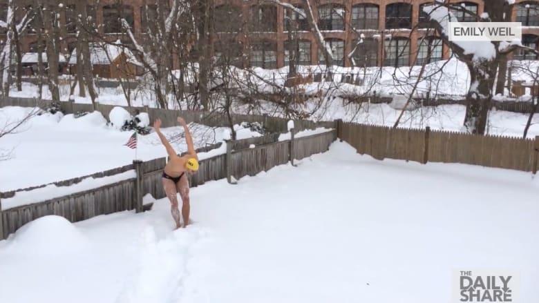 شاهد رجلا يسبح في الثلج ودرجة الحرارة تحت الصفر