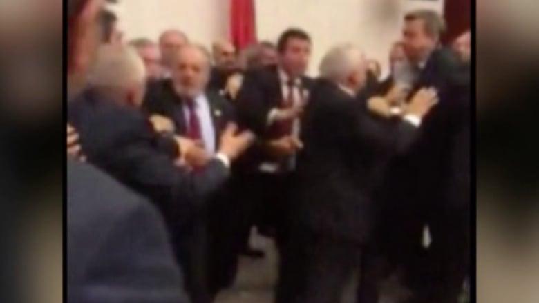 بالفيديو.. تبادل لكمات في برلمان تركيا