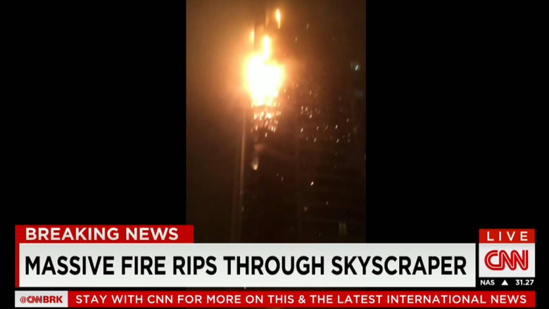"""بالصور.. حريق بأكثر من طابق ببرج """"The Torch"""" السكني في دبي والشرطة تغلق الشوارع من وإلى المنطقة"""