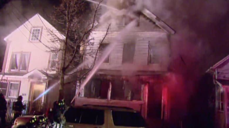 أطفال اضطروا للقفز من النوافذ هربا من منزلهم المحترق بأمريكا