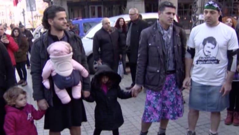 رجال يرتدون التنانير.. احتجاجا على العنف ضد المرأة