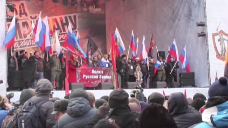 بالفيديو.. آلاف الروس بمسيرات مؤيدة للرئيس بوتين