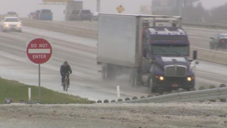شاهد.. كثافة الثلوج لم تمنع هذا الرجل من الذهاب لعمله على دراجة