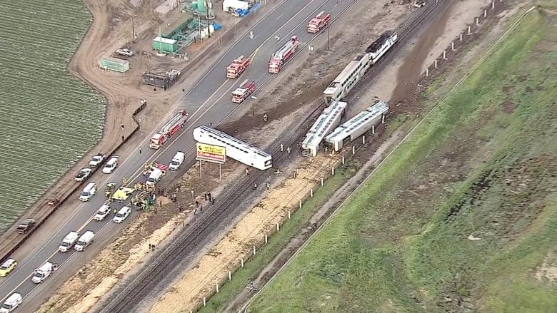 بالفيديو.. قطار يخرج عن مساره وعشرات الإصابات في كاليفورنيا