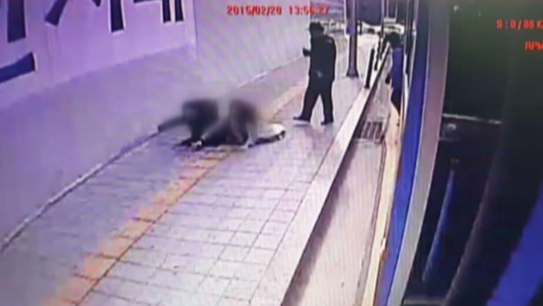 شاهد.. شخصان تبتلعهما حفرة على الرصيف في كوريا