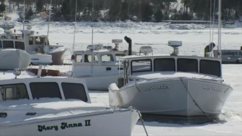 بالفيديو.. عشرات القوارب عالقة في بحيرة متجمدة بأمريكا