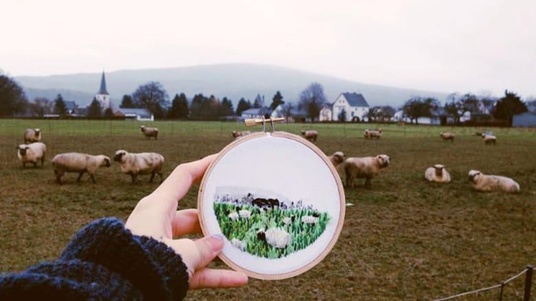 بالصور..فنانة تستخدم الرسم على القماش بدلاً من الكاميرا لتوثيق المشاهد الطبيعية الخلابة