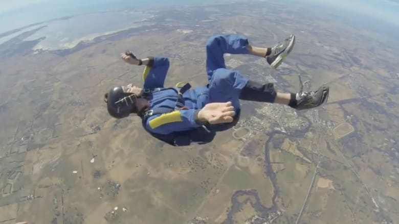 شاهد رجلا يصاب بأزمة صحية خلال القفز بالمظلة على ارتفاع 12 ألف قدم