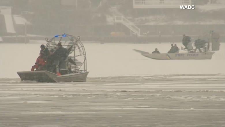 """قام بـ """"التفحيط"""" على الجليد فبقيت سيارته تحت الماء لـ 10 ساعات"""