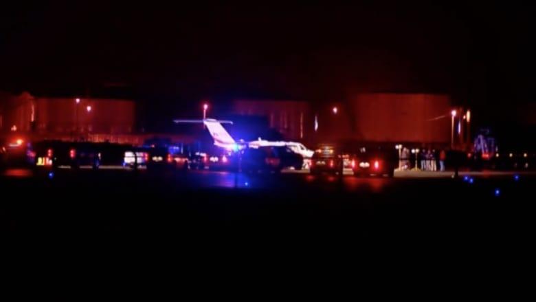 بالفيديو.. طائرة تعلق في أرض طينية قرب المدرج بأمريكا