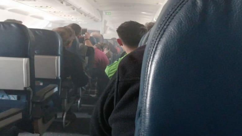بالفيديو.. دخان في قمرة القيادة ورعب على متن طائرة أمريكية