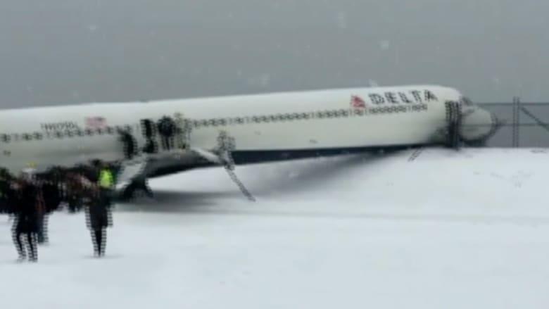 بالفيديو.. طائرة دلتا أمريكية تنزلق على مدرج المطار بسبب الثلوج