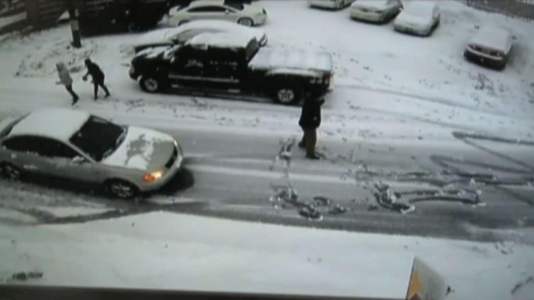 بالفيديو.. سيارة متوقفة تصدم سيدة وثلج يدفئ القلوب