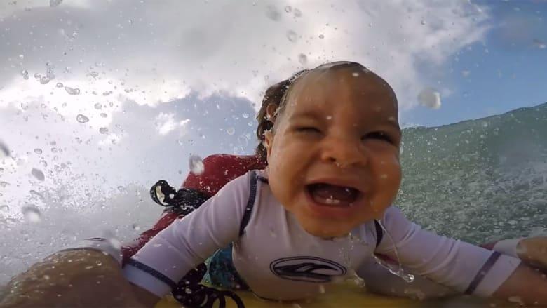 شاهد رضيع يركب الأمواج لأول مرة
