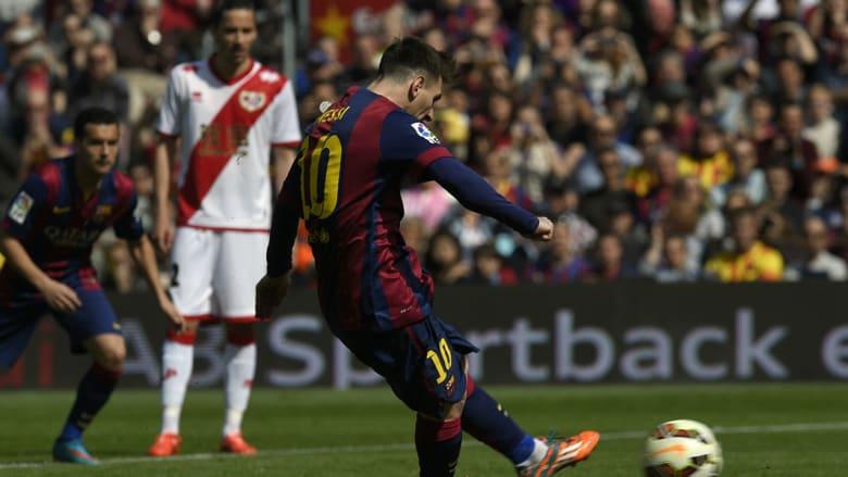 الأرجنتيني ليونيل ميسي يسجل هدفا لبرشلونة
