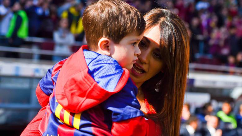 زوجة ميسي تحمل ابنها قبل المباراة بين برشلونة ورايو فاليكانو