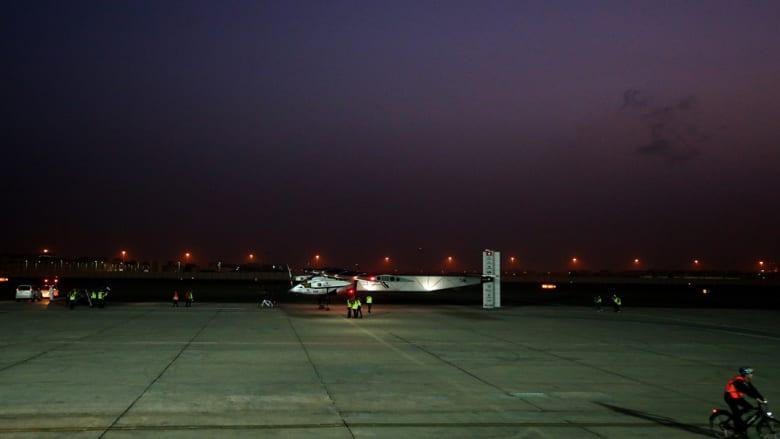 الطائرة جاثمة فوق أرض المطار قبل انطلاقها