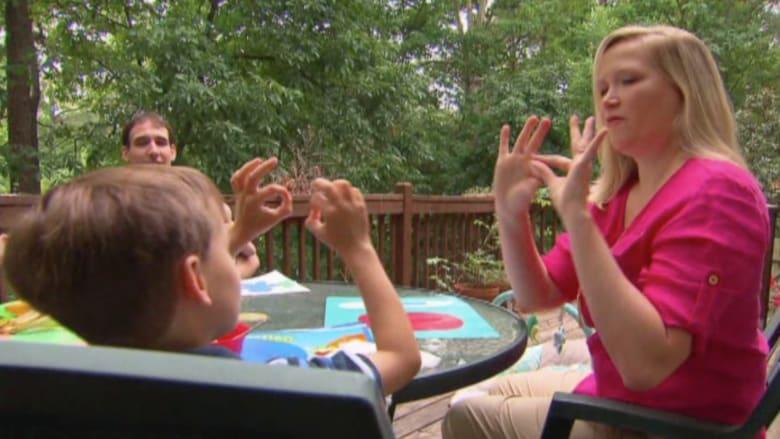 بالفيديو.. فوائد لغة الإشارة للأطفال