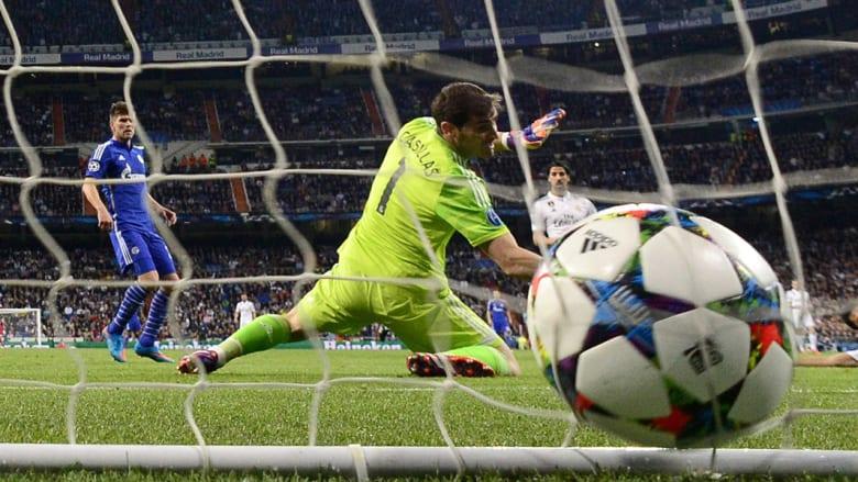 حارس مرمى ريال مدريد يحاول إيقاف الكرة بعد ركلة مرمى من قبل المدافع النمساوي كريستيان فوكس