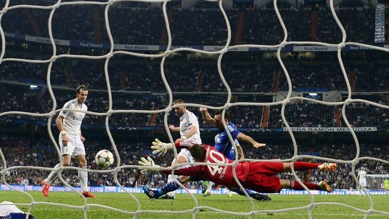 مهاجم ريال مدريد الفرنسي كريم بنزيمة يسجل هدفا