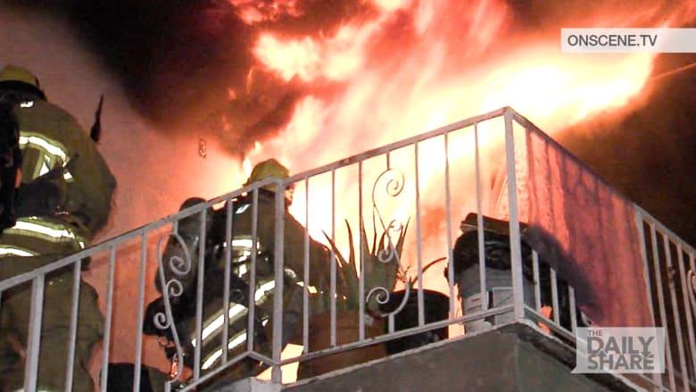 شاهد إنقاذ رجال إطفاء لعائلة من مبنى يحترق