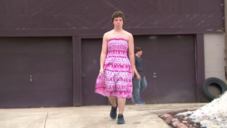 """بالفيديو.. طالب يرتدي ملابس نسائية دعماً لـ""""حقوق المثليين"""""""