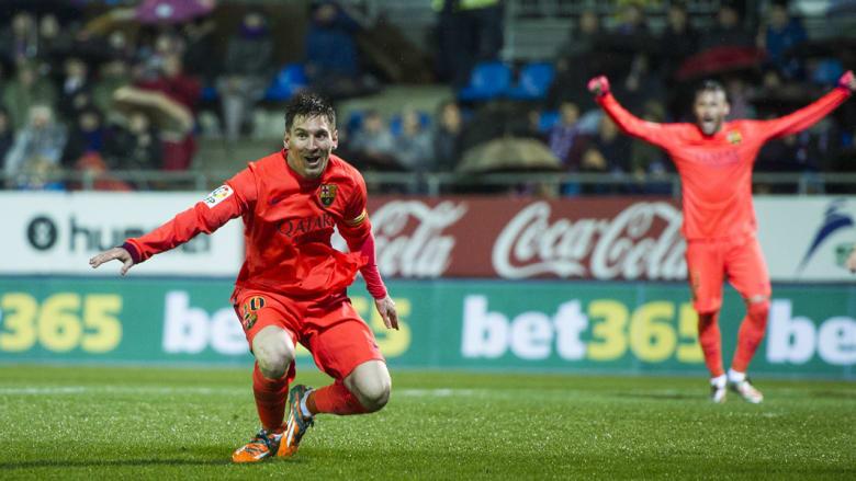ميسي يحتفل بعد تسجيله هدفا خلال مباراة الدوري الاسباني بين نادي إيبار وبرشلونة