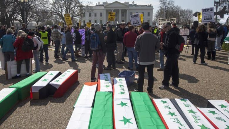 بالصور.. مئات المتظاهرين يحملون نعوشاً بأعلام عربية أمام البيت الأبيض