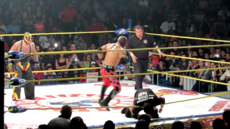 شاهد بالفيديو: نجم مصارعة بالمكسيك يموت على الحلبة بعد ركلة قاتلة