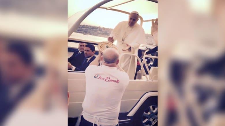 إيطالي عرف أن البابا فرانسيس يفتقد البيتزا فقدم له واحدة