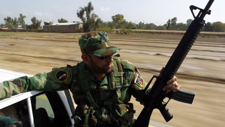 مقاتل من سرايا السلام ضمن رتل عسكري يغادر النجف في طريقه إلى تكريت