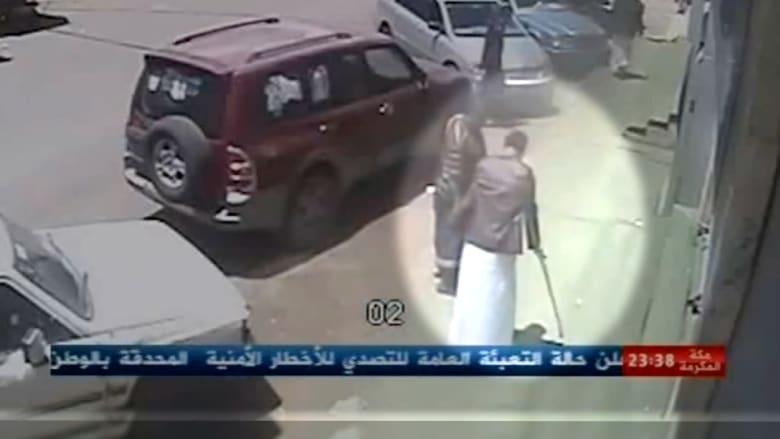 بالفيديو: لقطات جديدة تظهر انتحاري اليمن متنكرا كمعوّق بطريقه للمسجد