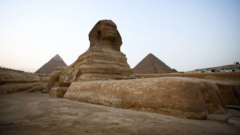 من أسوأ ما يفعله السياح.. فيلم إباحي أمام معالم مصرية