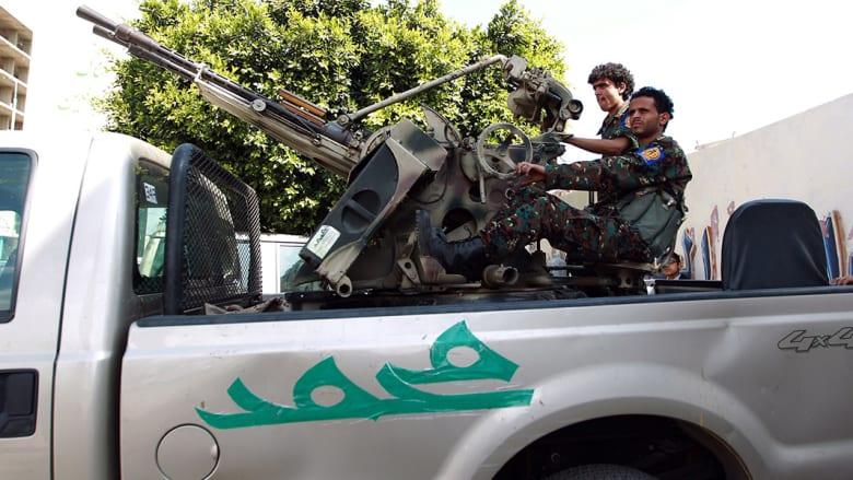 عنصران من الحوثيين يحرسان نقطة تفتيش في صنعاء.