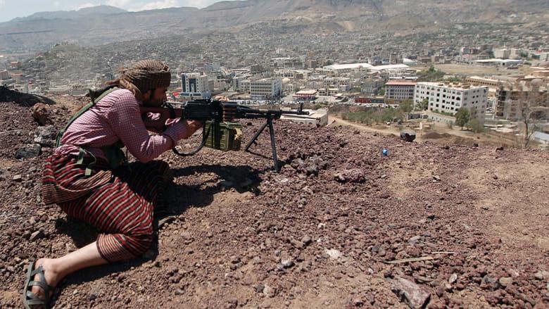 يمني من أنصار الحوثيين يتخذ موقعه في قاعدة عسكرية سيطرت عليها الجماعة.