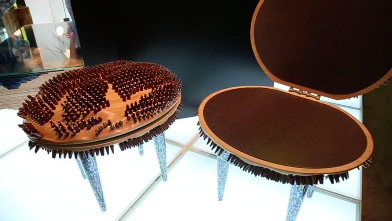 """كرسي """"المحارة"""" وطاولة """"المحيطات""""..هذه أغرب التصاميم في """"أيام التصميم دبي"""""""