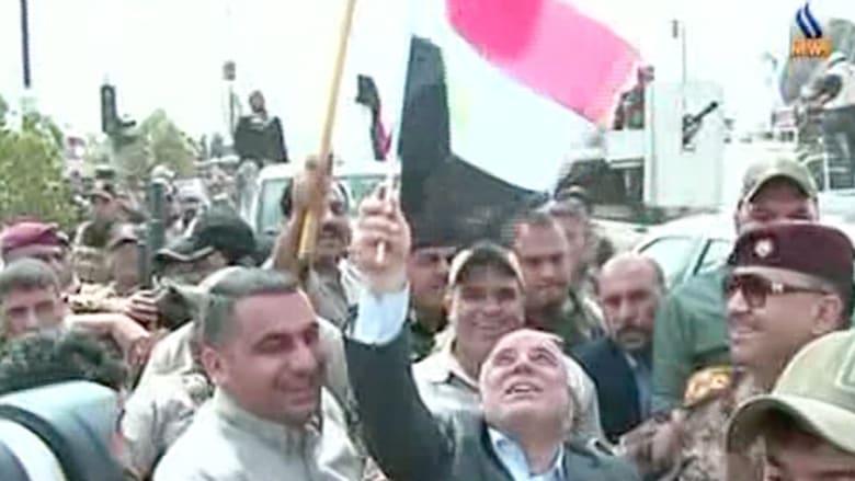 بالفيديو..العبادي يتجول ويرفع العلم العراقي وسط تكريت