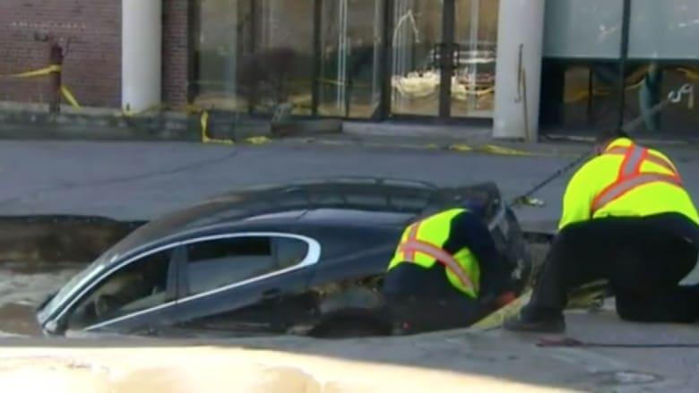 بالفيديو.. سيارة فارهة تسقط في حفرة جحيم والسائق ينجو باعجوبة