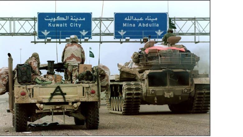 دبابات سعودية وعربات همفي أمريكية، تتوجه إلى الكويت خلال عملية عاصفة الصحراء، 21 فبراير/ شباط 1991