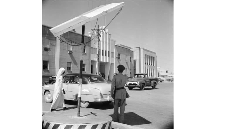 شرطي أمام مبنى إدارة الشرطة في العاصمة السعودية الرياض 1956