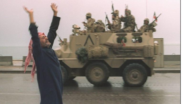مدني كويتي يحيي جنودا سعوديين بعد دخول قوات التحالف إلى الكويت 27 فبراير/ 1991