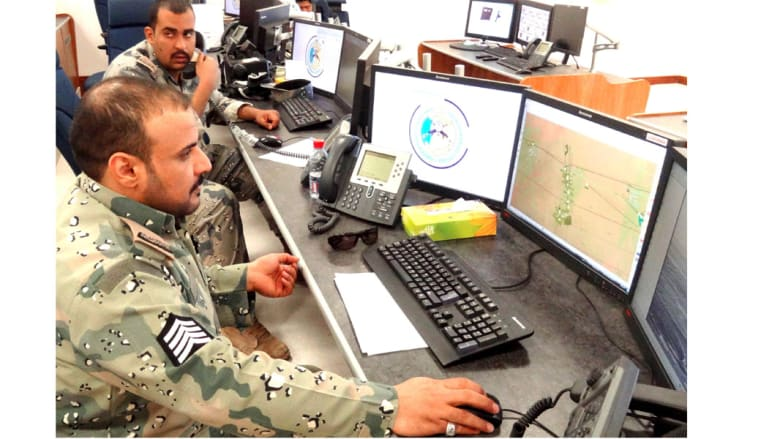 رجال حرس الحدود يراقبون عبر شاشات مرتبطة بكاميرات المراقبة، على الحدود الشمالية مع العراق في منطقة عرعر، 23 فبراير/ شباط 2015