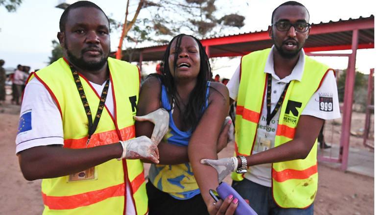 مساعدون طبيون يساعدون طالبة مصالة في هجوم الجامعة ، غاريسا - كينيا، 2 أبريل/ نيسان 2015