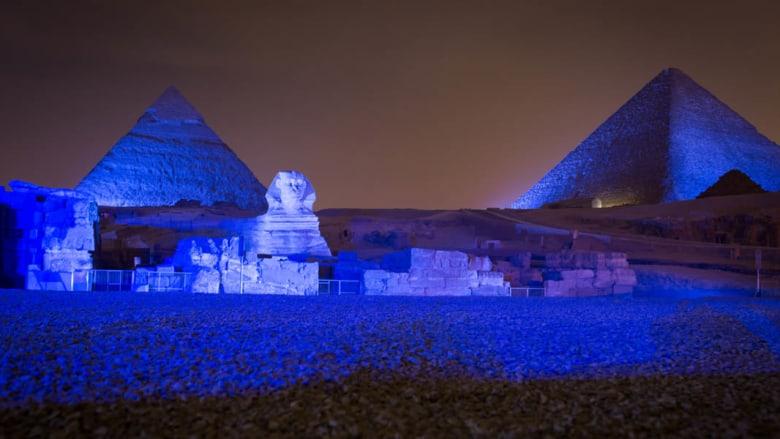بالصور.. ما سر اللون الأزرق الذي يكسو أبو الهول وأهرامات الجيزة بمصر؟