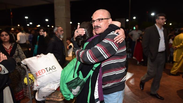 سيده باكستانية أجليت من اليمن يستقبلها أقاربها في مطار ننظير الدولي في إسلام أباد ، 30 مارس / آذار 2015