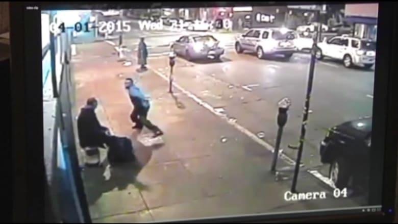 بالفيديو .. رجل يضرب مشردا بعنف بأنبوب معدني